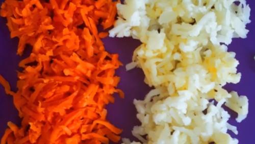 натираем картофель и морковь