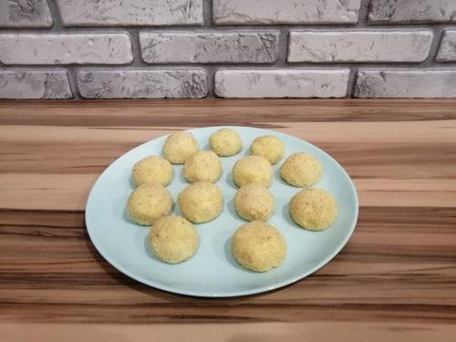 Из полученного картофельного теста скатать небольшие шарики