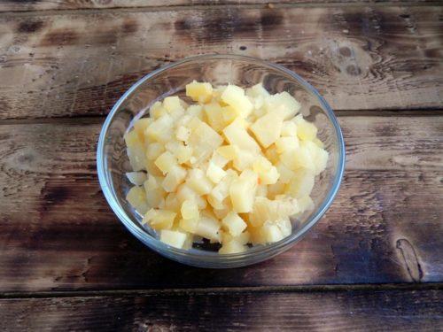 Картофель очистить от мундира и нарезать кубиками