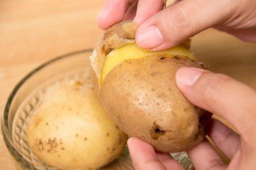 Очистить от мундира отварной картофель