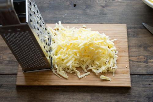 Пропустить через крупную терку сыр
