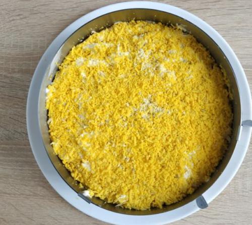 Распределить тертый сыр и яичные желтки
