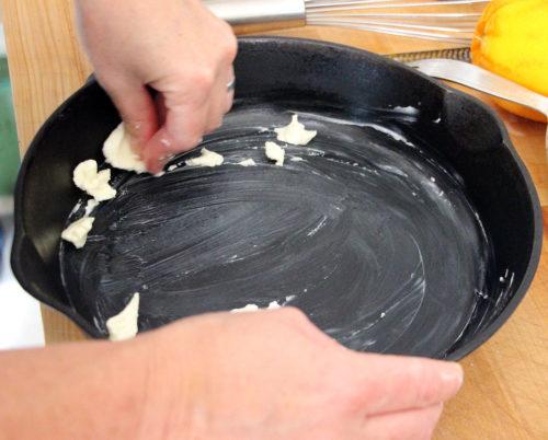 Смазать форму растительным или сливочным маслом
