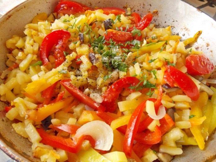 всыпьте помидоры, зелень и чеснок
