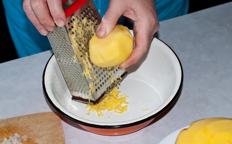 Картофель и лук натрите на мелкой терке