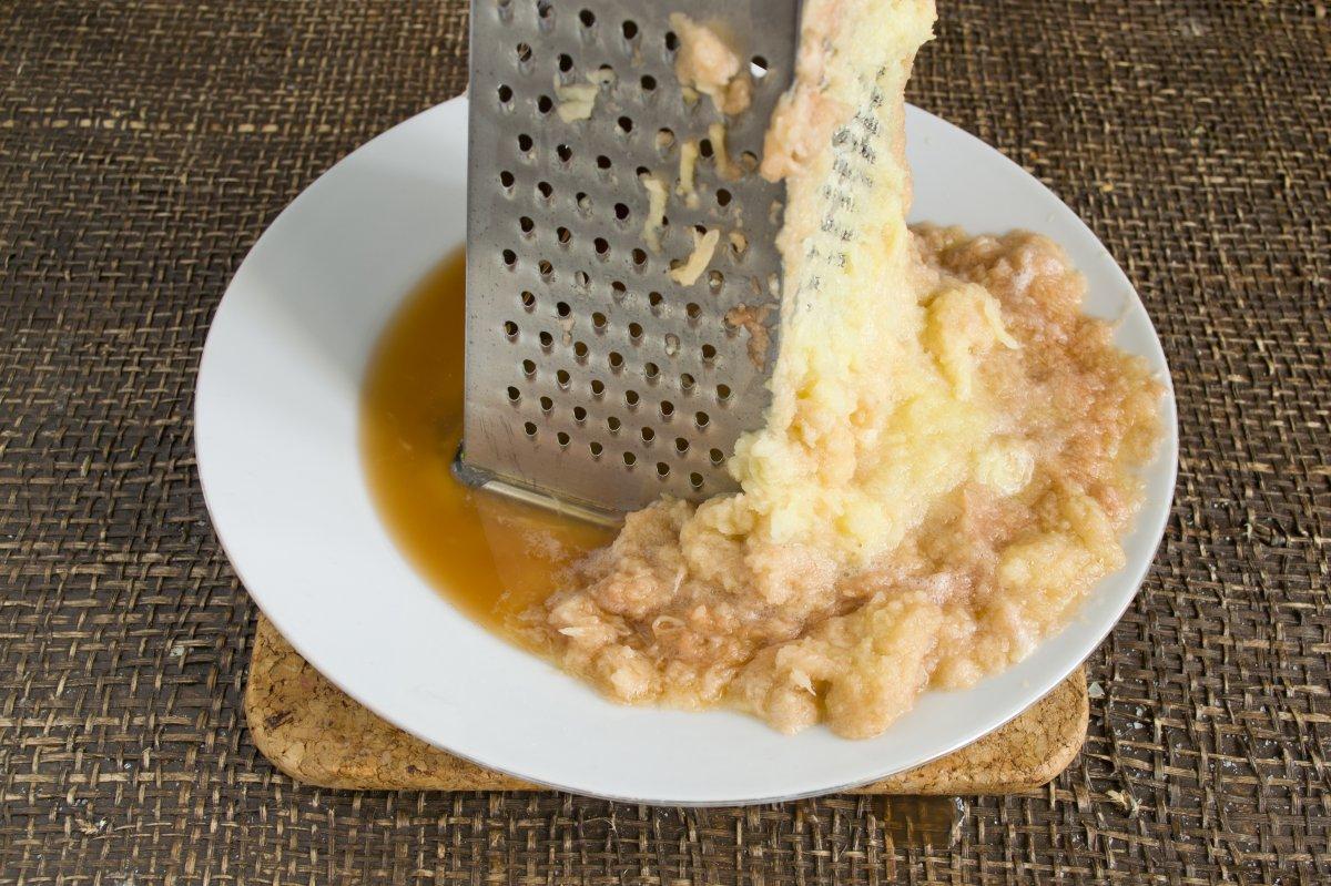 Картофель натрите на мелкой терке