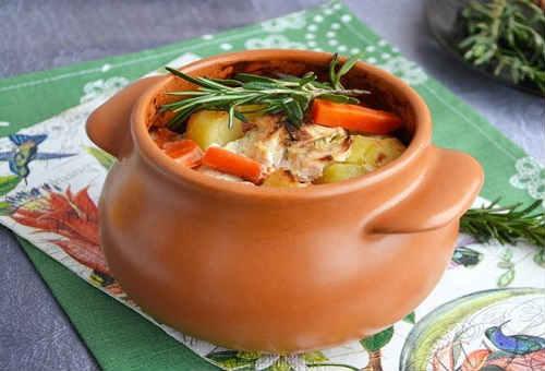 Картофель с курицей в горшочках в духовке