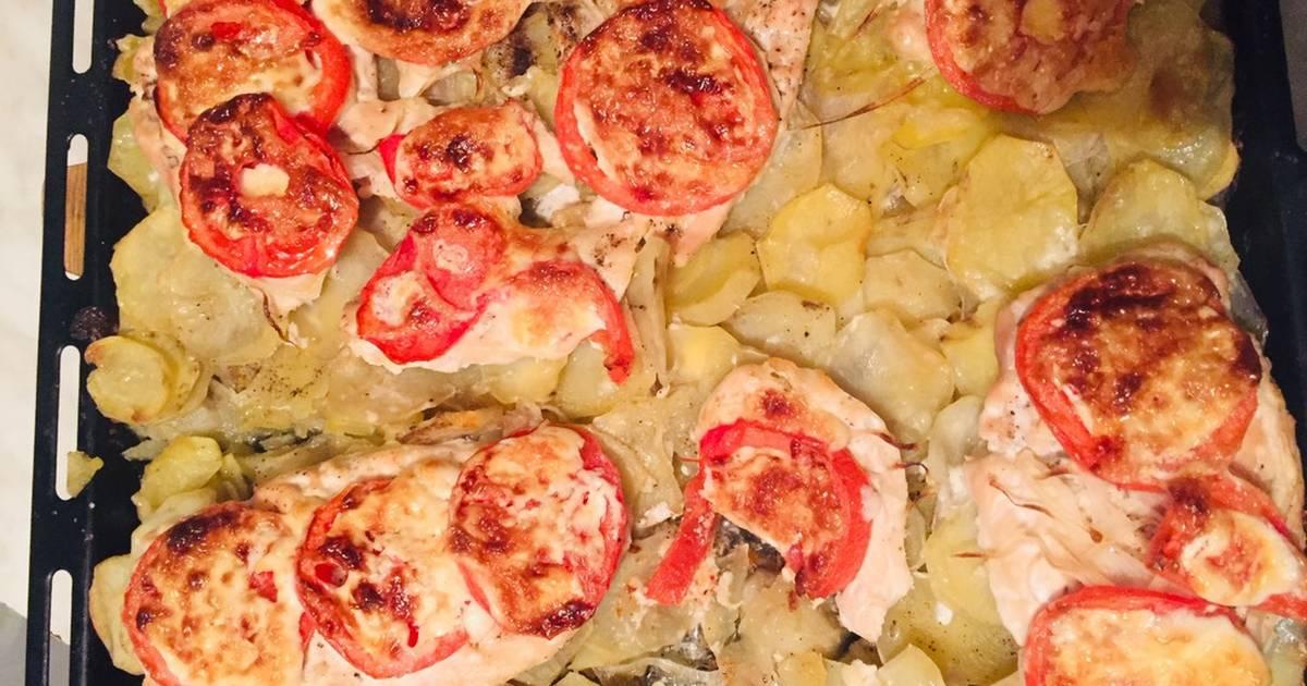 Картошка с куриным филе и помидорами в духовке