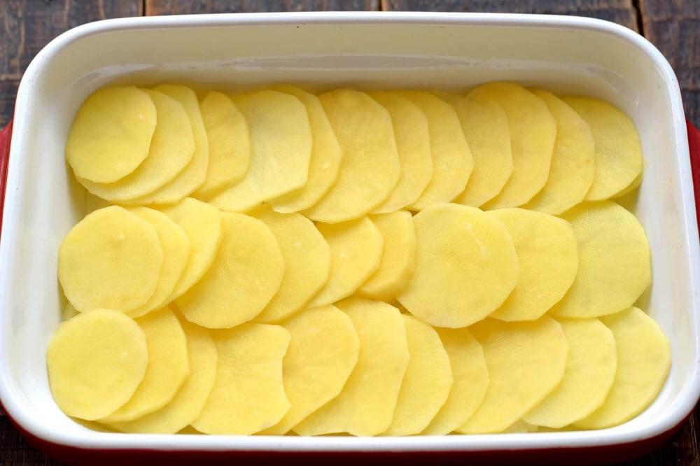Картошку почистить и нарезать кружочками
