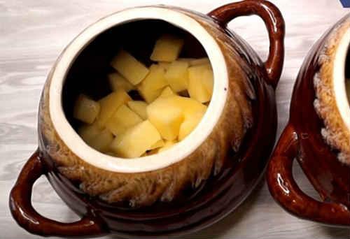 На дно горшка выложить картофель