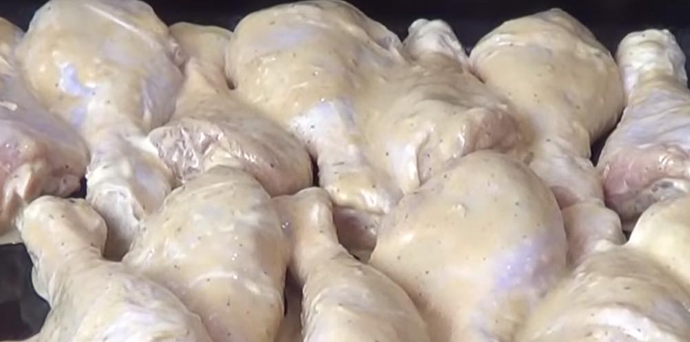 На дно жароустойчивой формы выложить картошку