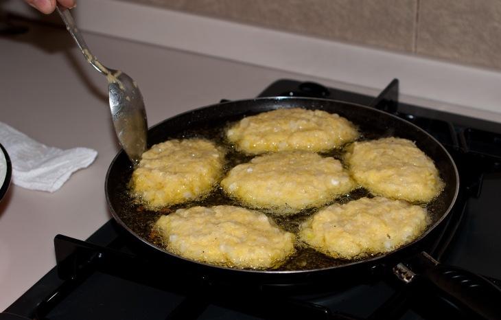 С помощью ложки выложите картофельную массу тонким слоем