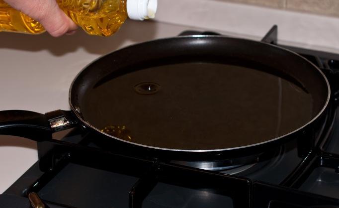 Сковороду смажьте маслом и хорошо разогрейте