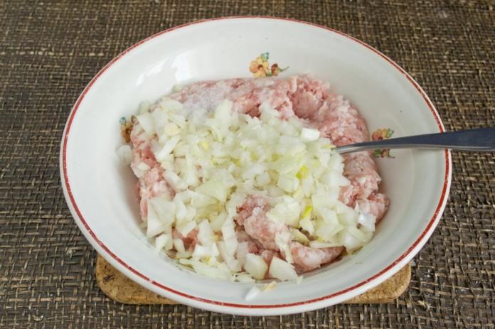 соедините фарш, натертый на средней терке лук, соль и перец