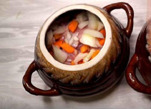 Всыпать морковь и лук